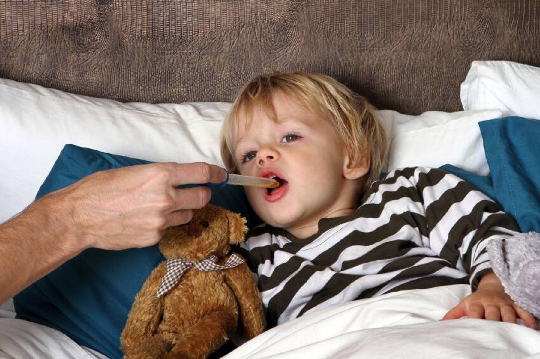 Đo nhiệt độ ở miệng cho trẻ 4 tuổi