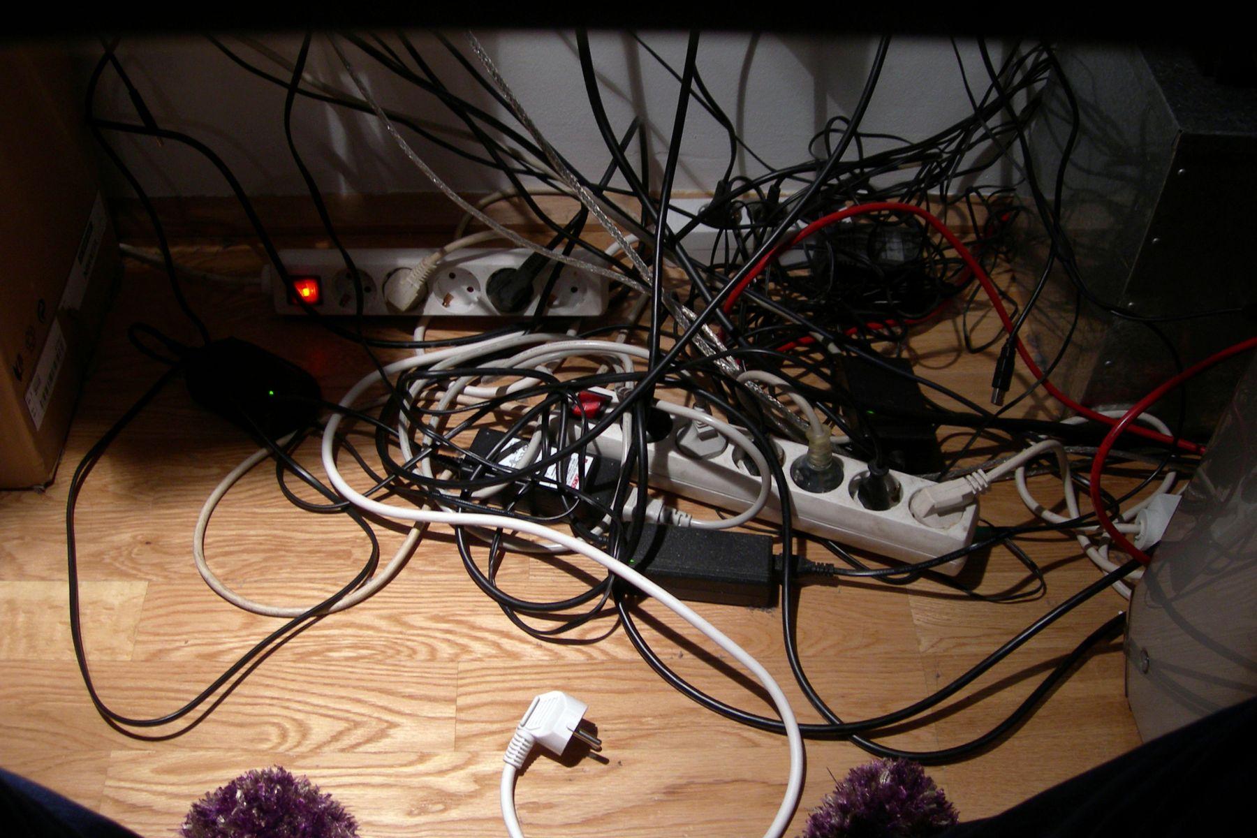 Fios elétricos e tomadas
