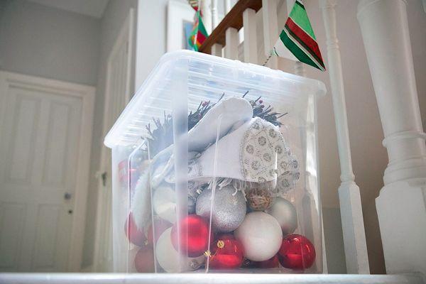 Caixa organizadora com artigos de Natal guardados