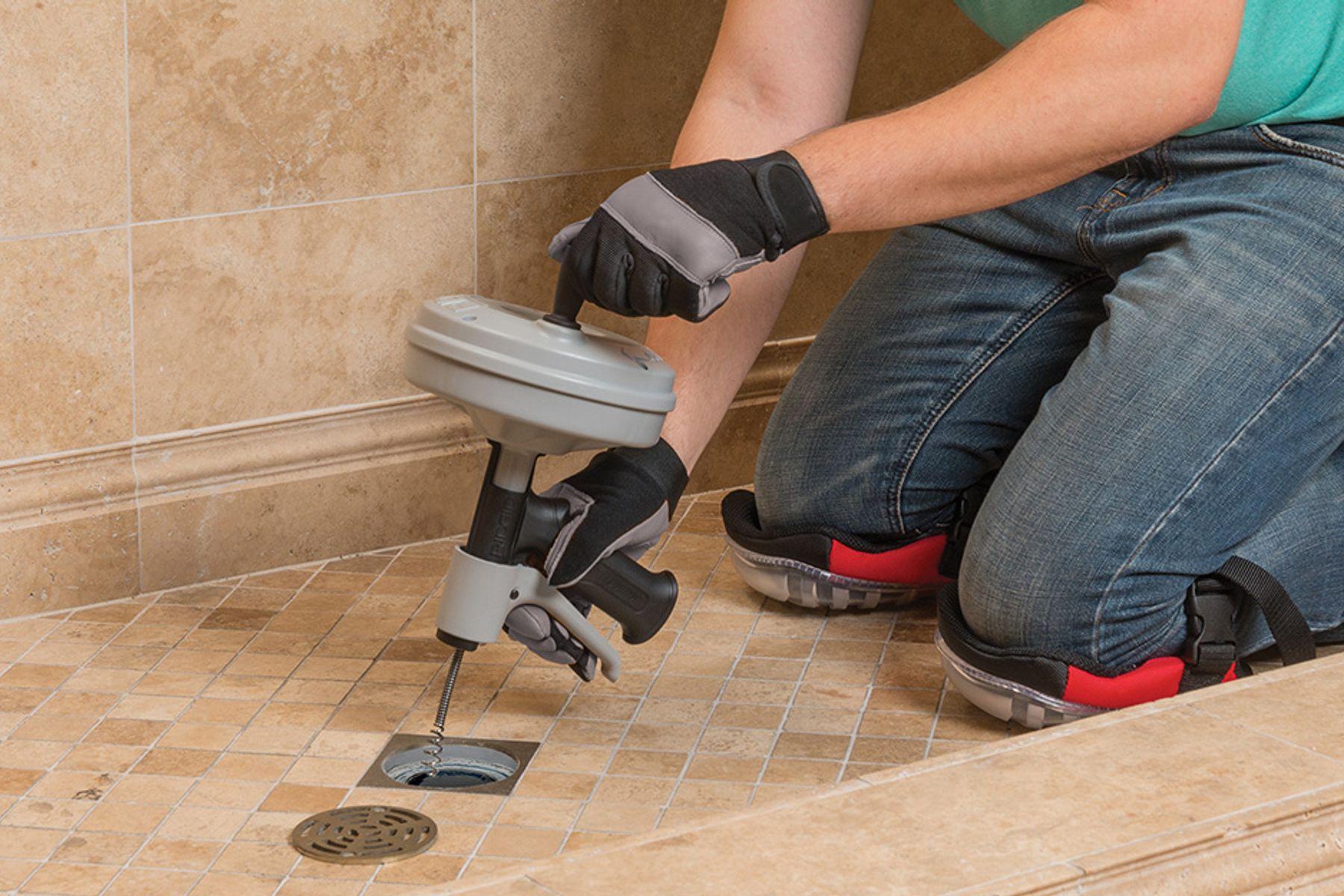 Cách thông cống rãnh cống nghẹt nhà tắm bằng máy lò xo cầm tay đa năng