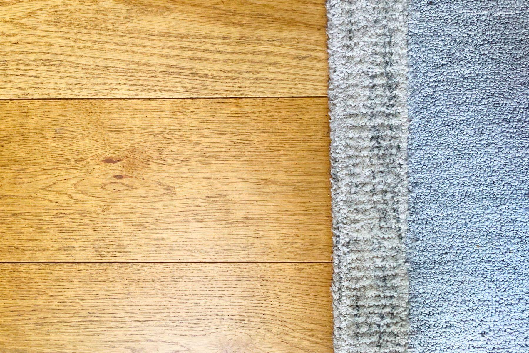 Piso de madera con alfombra