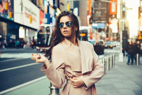 femme sur la rue d'hiver avec pardessus