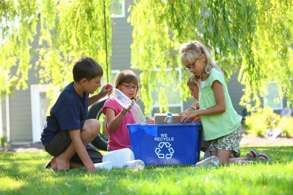 Dạy con bảo vệ môi trường bằng cách làm các sản phẩm tái chế