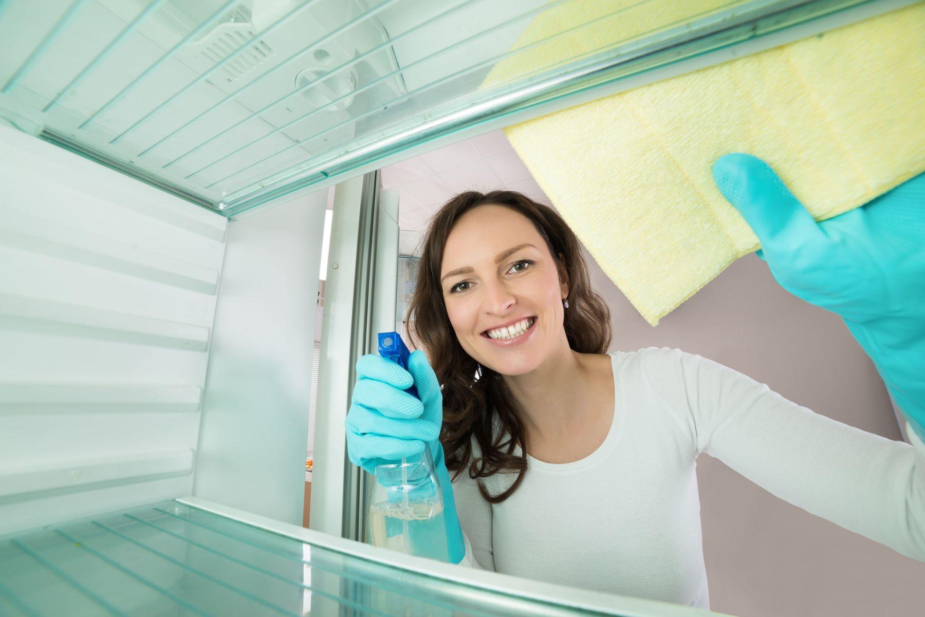 lau dọn vệ sinh bên trong tủ lạnh