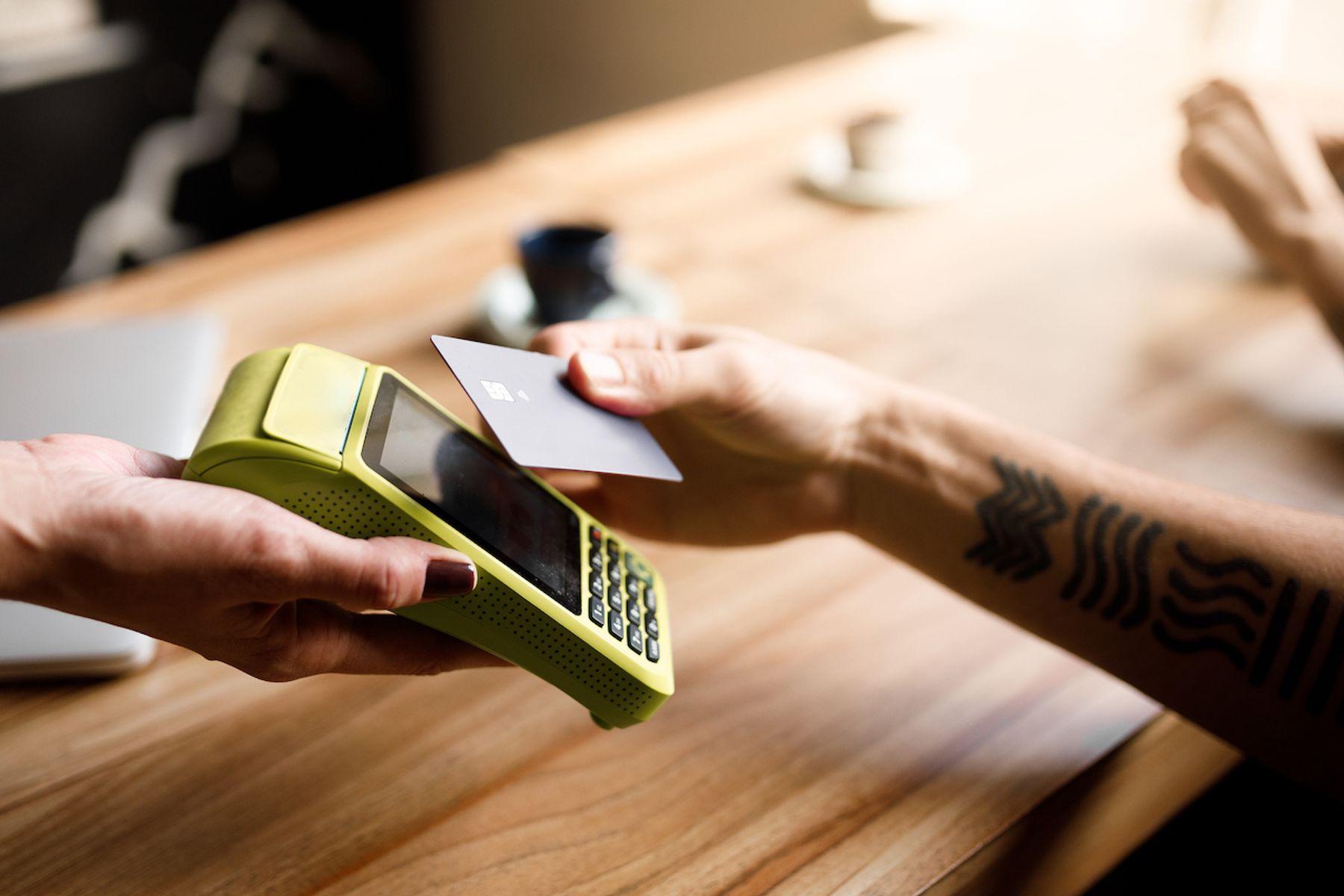 pessoa utilizando o cartão de crédito