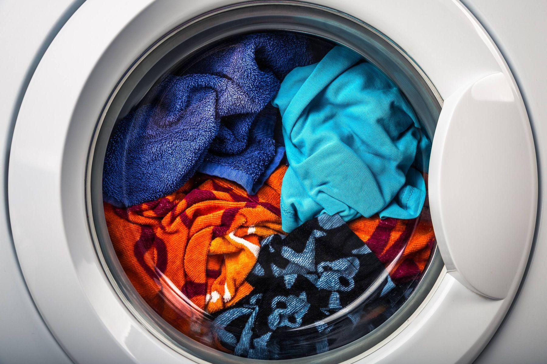 Waschmaschine mit dem Korb voller Schmutzwäsche