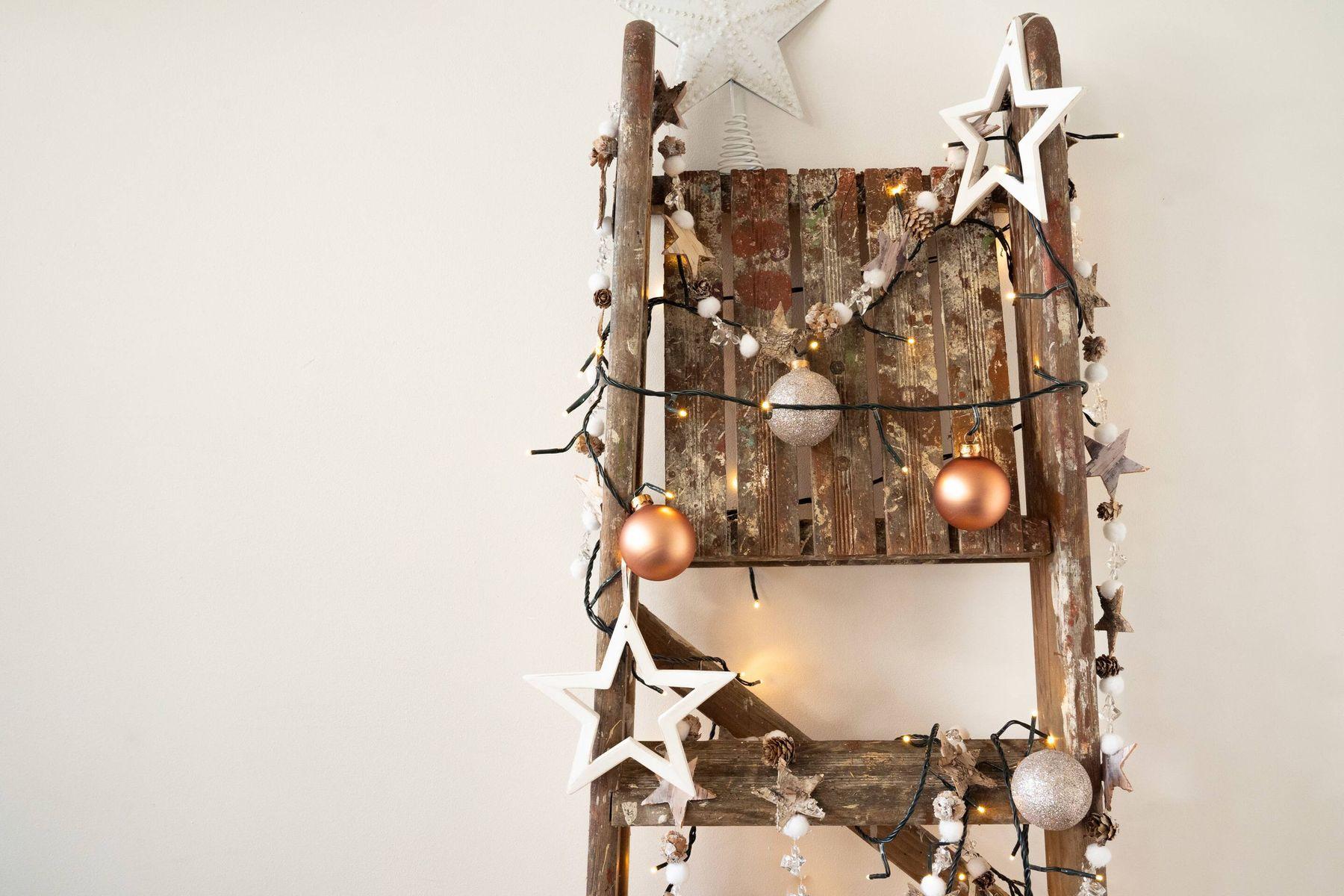 houten ladder versierd met kerstversieringen