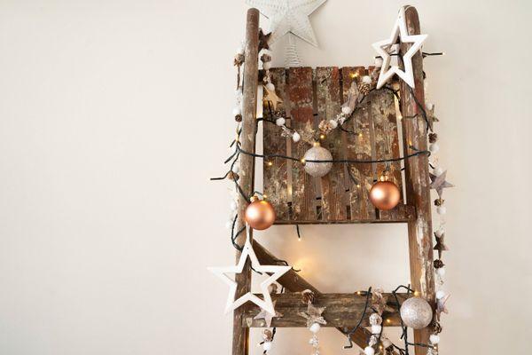 choinka wykonana z drewnianej drabiny i ozdób