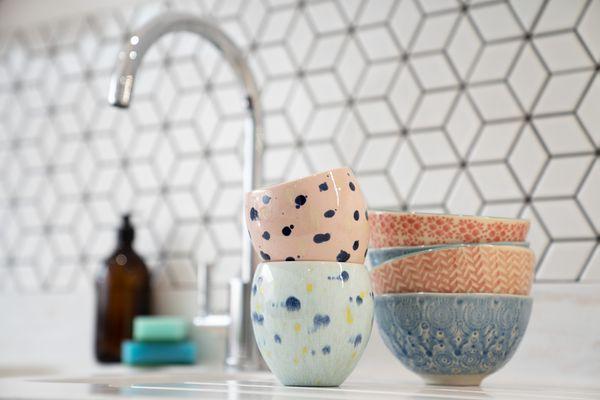 Tigelas de louça coloridas em cima da bancada da cozinha