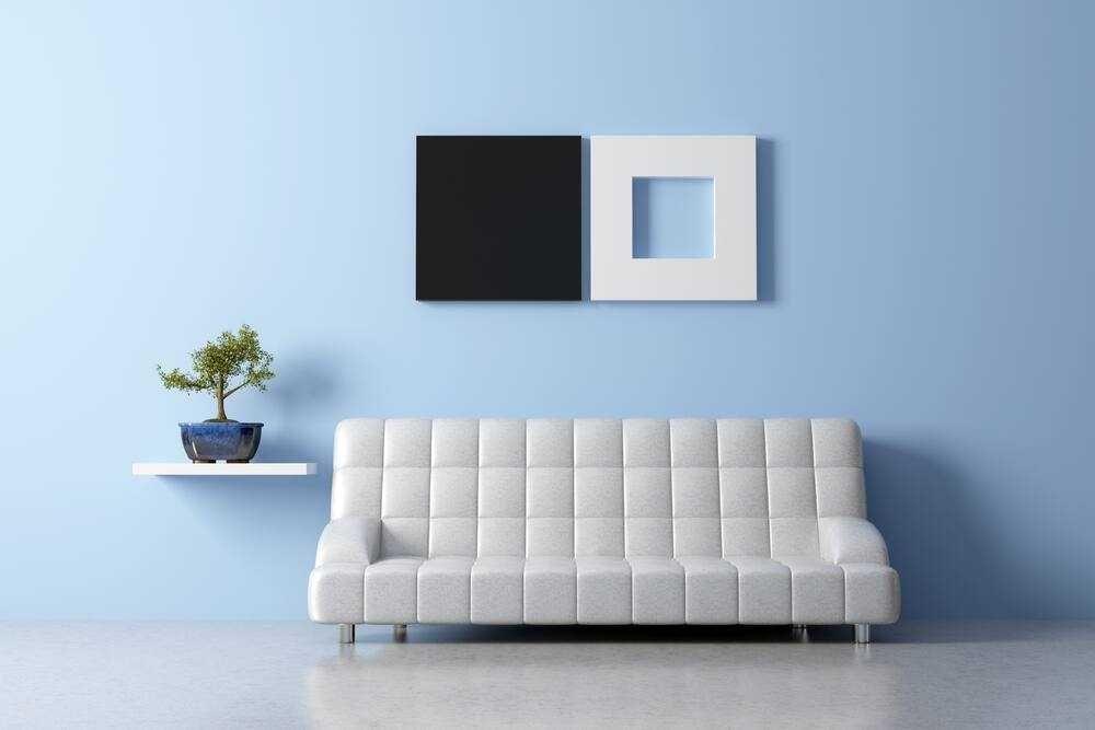 Trang trí chậu cây xanh trong nhà lên kệ cạnh sofa