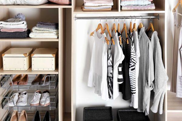 Prateleiras organizadas de guarda roupa