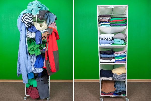 Wäsche chaotisch im Regal und Wäsche geordnet im Regal