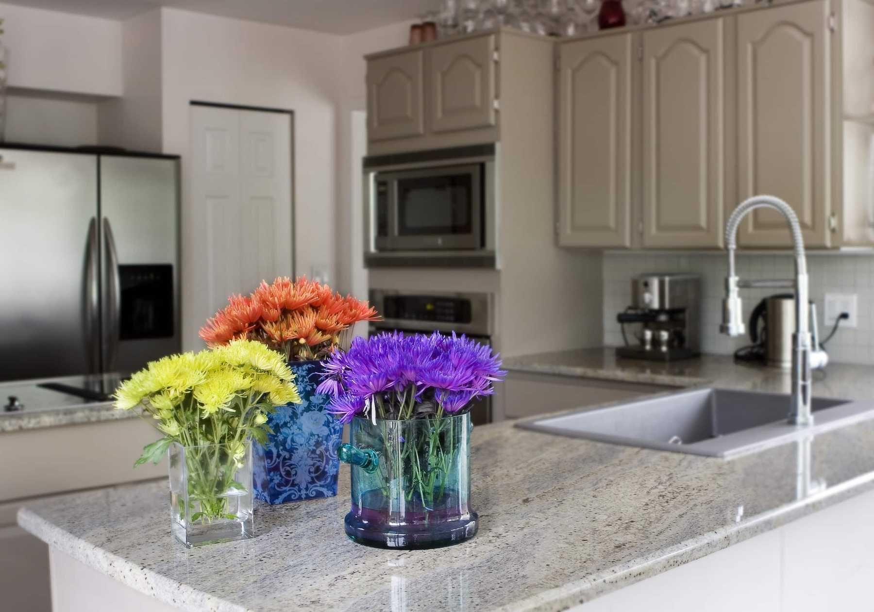 Trang trí nhà bếp với hoa tươi