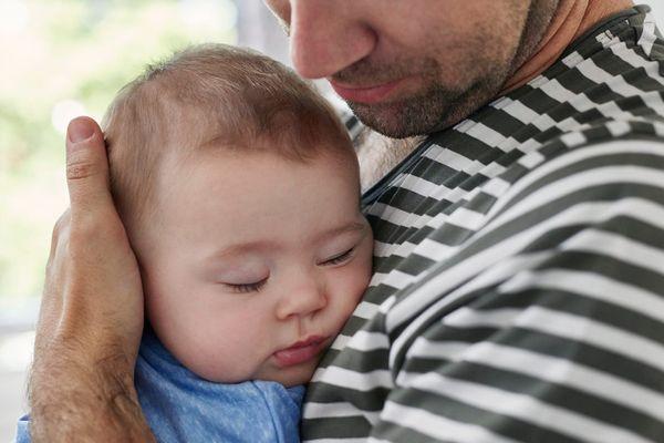 Trẻ ra mồ hôi trộm ở đầu - Nguyên nhân và cách xử lý