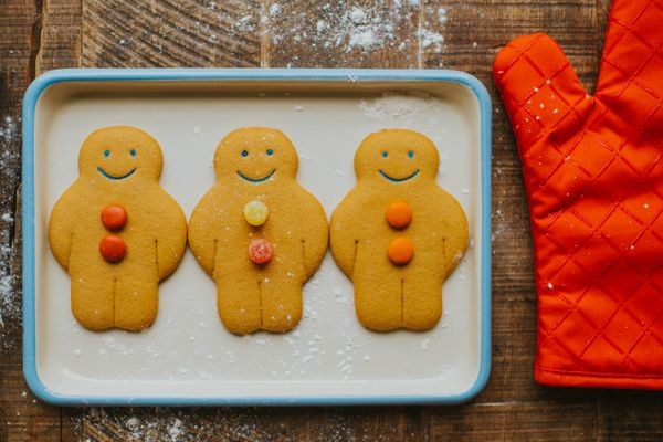 baking tray with gingerbread men