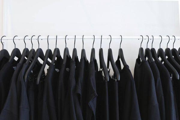 Schwarze Kleidung auffrischen