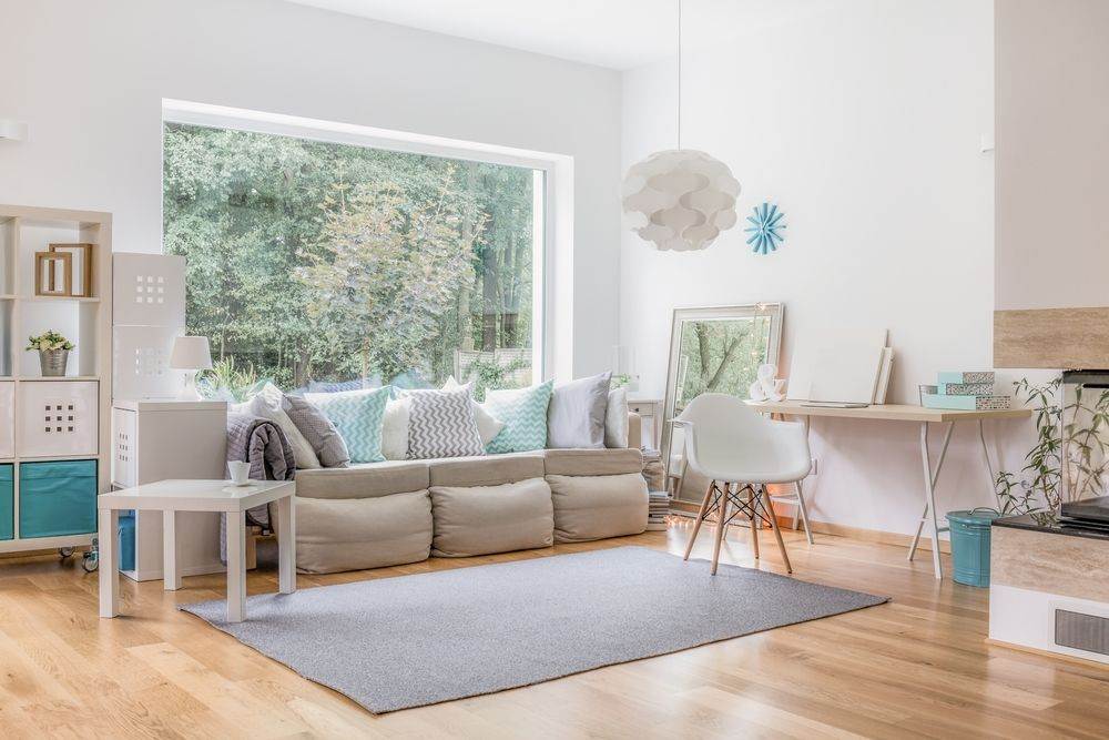 Phòng khách nhà ống với thiết kế cửa sổ rộng lớn sau sofa