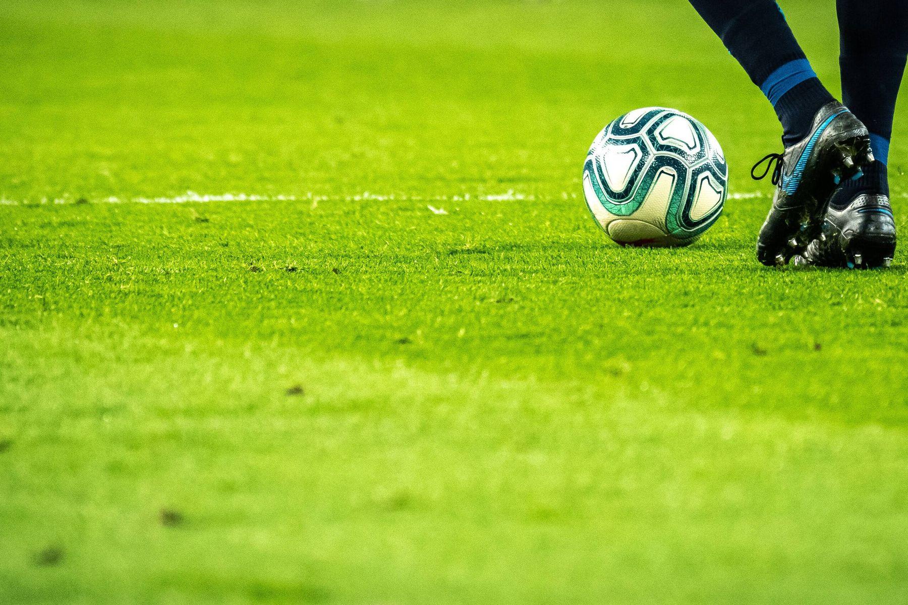 Fußballschuhe auf grünem Rasen