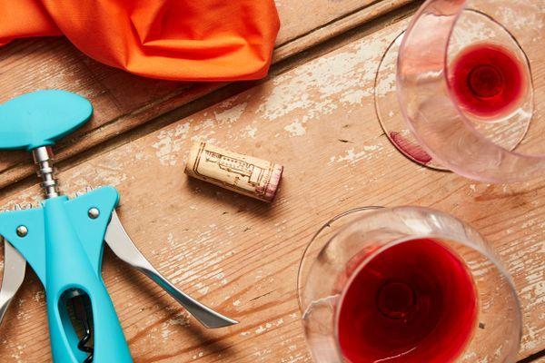 Ahşap Zeminde Kırmızı Şarap, Şarap Açacağı ve Şişe Mantarı
