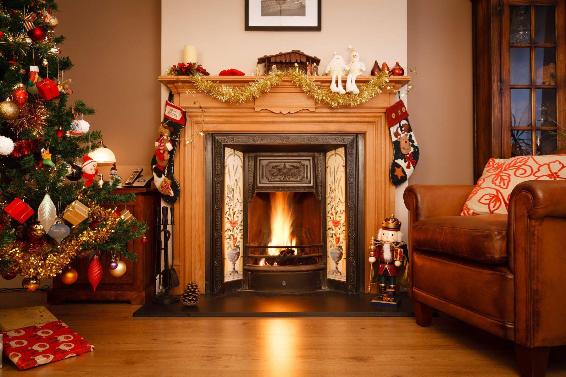 Camino, divano e sala decorati per Natale