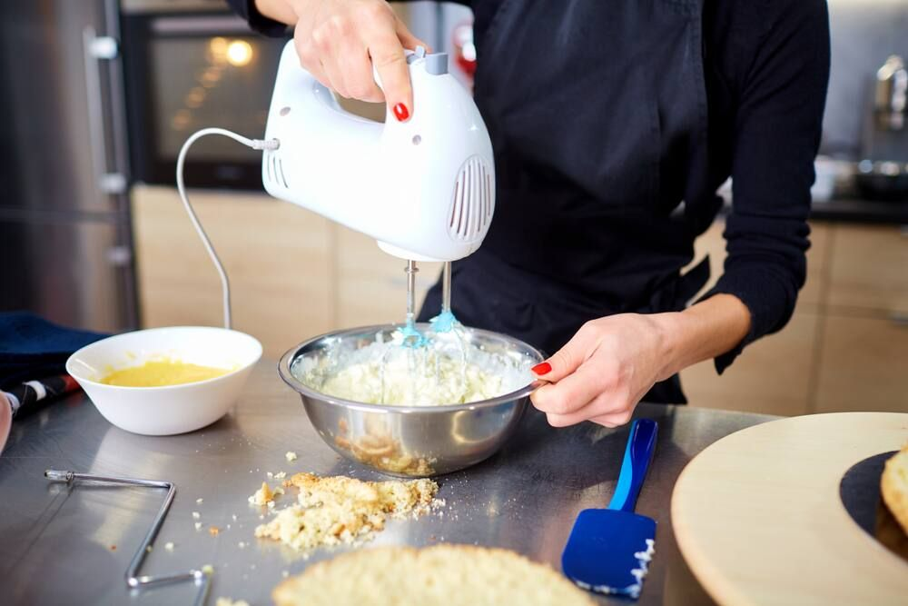 Membersihkan dapur setelah membuat resep kue lebaran