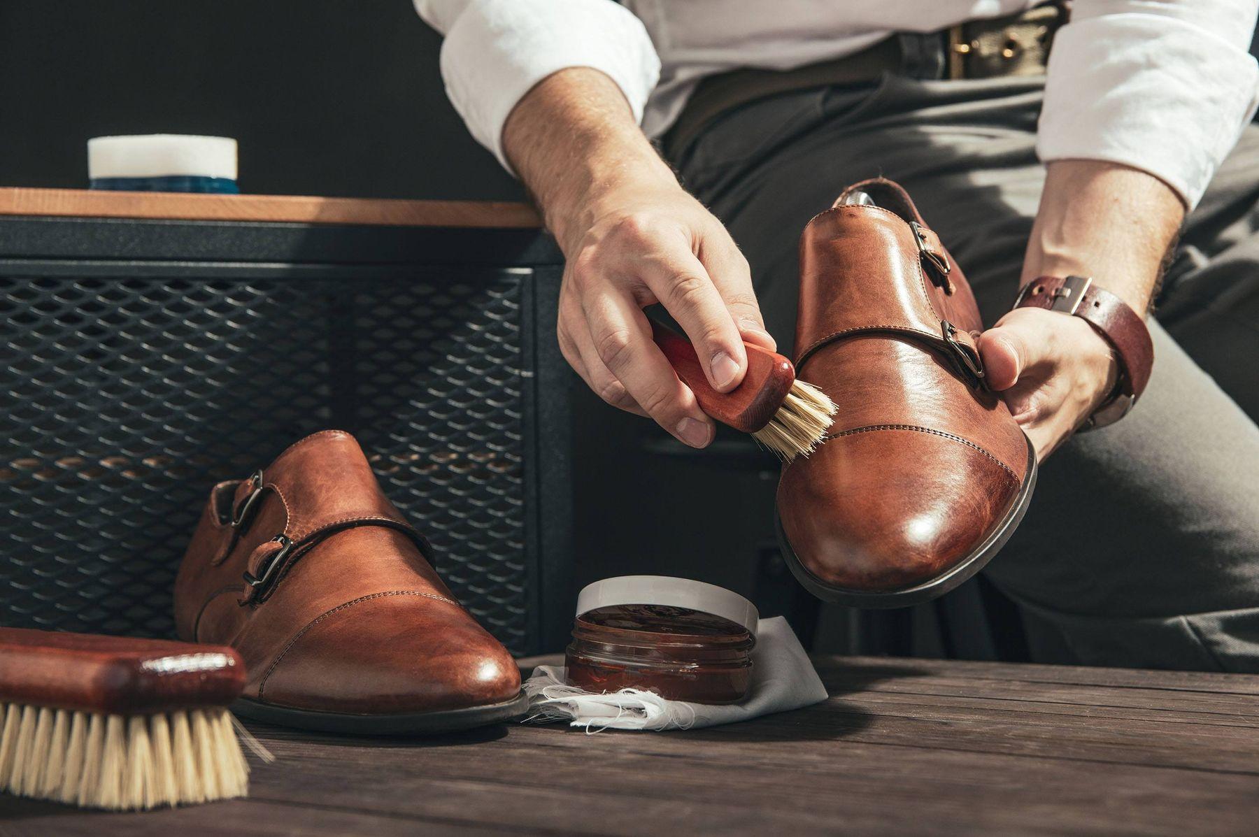 Làm sạch bụi bẩn trên giày