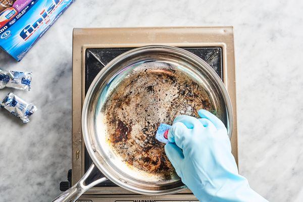 Dùng viên rửa bát làm sạch nồi, chảo bị cháy