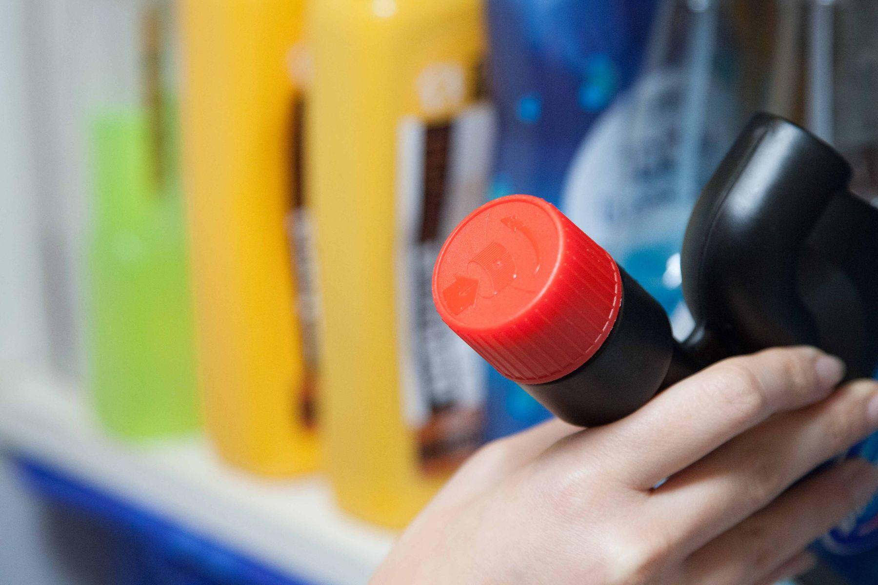 Prateleira com produtos de limpeza