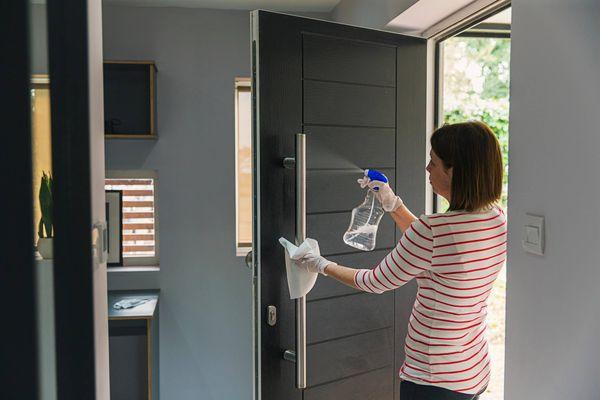 Pessoa com dúvida de qual produto de limpeza usar na casa
