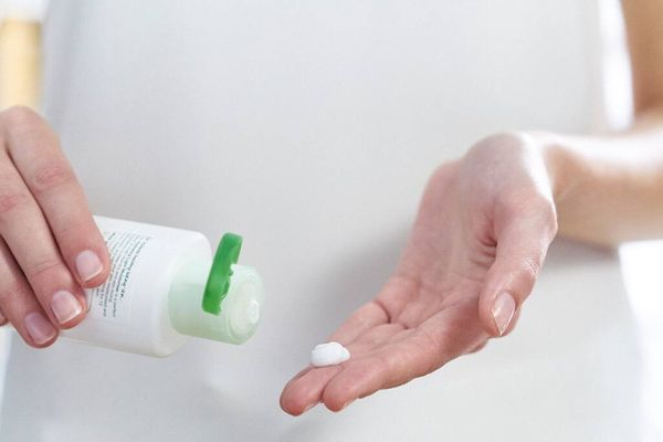 Rửa chén nhiều khiến da tay bị khô, làm sao để khắc phục?