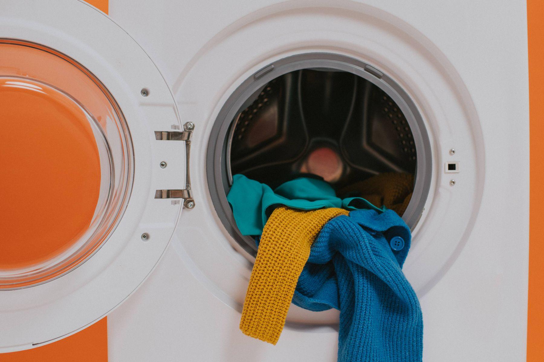 lavatrice con vestiti colorati