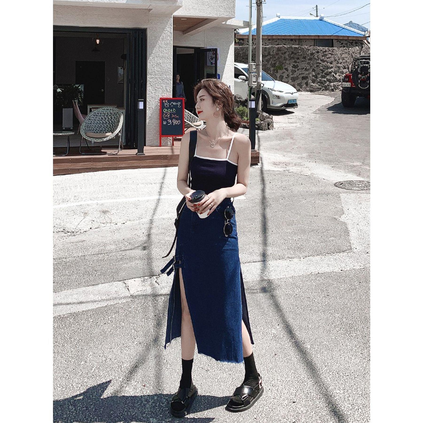 Phối đồ với áo croptop hai dây ôm và chân váy dài xẻ tà