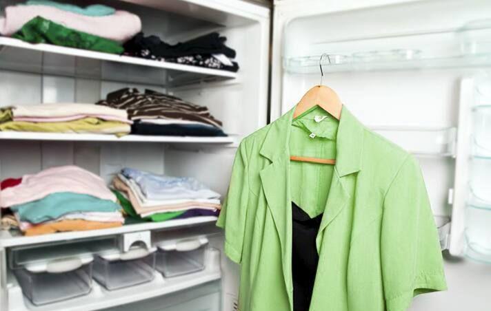 Cách thông bồn cầu bằng móc quần áo
