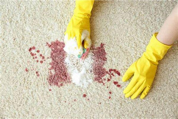 cách tẩy vết máu khô trên quần áo