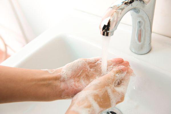 Handdesinfectie: waarom het belangrijk is om je handen te wassen