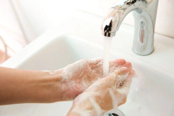 Cómo sacar el olor a ajo de las manos