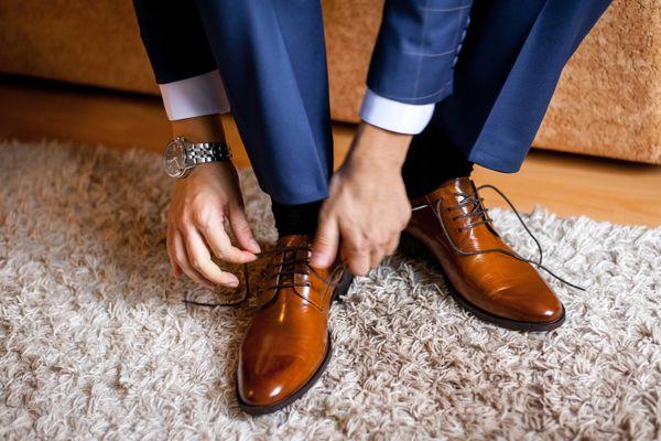 अपने चमड़े के जूते को कैसे चमकाएं | क्लीएनीपीडिया