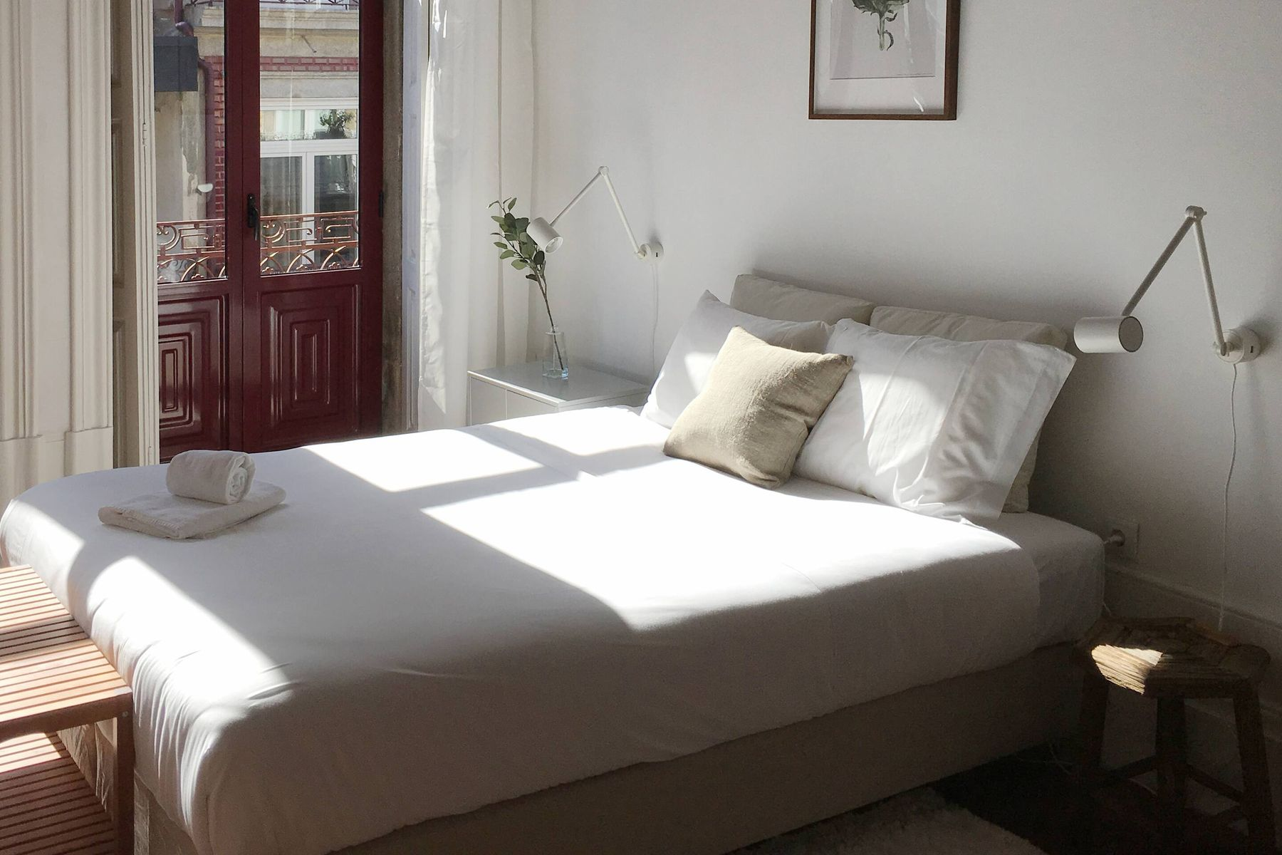 Temiz, aydınlık bir yatak odası