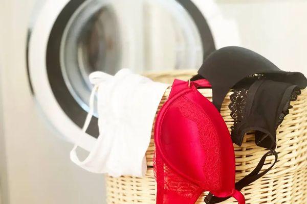 Çamaşır sepetinin kenarından sarkan renkli sütyenler