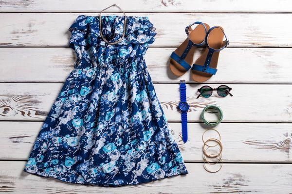 Vestido de viscosa junto a accesorios como anteojos de sol y pulseras