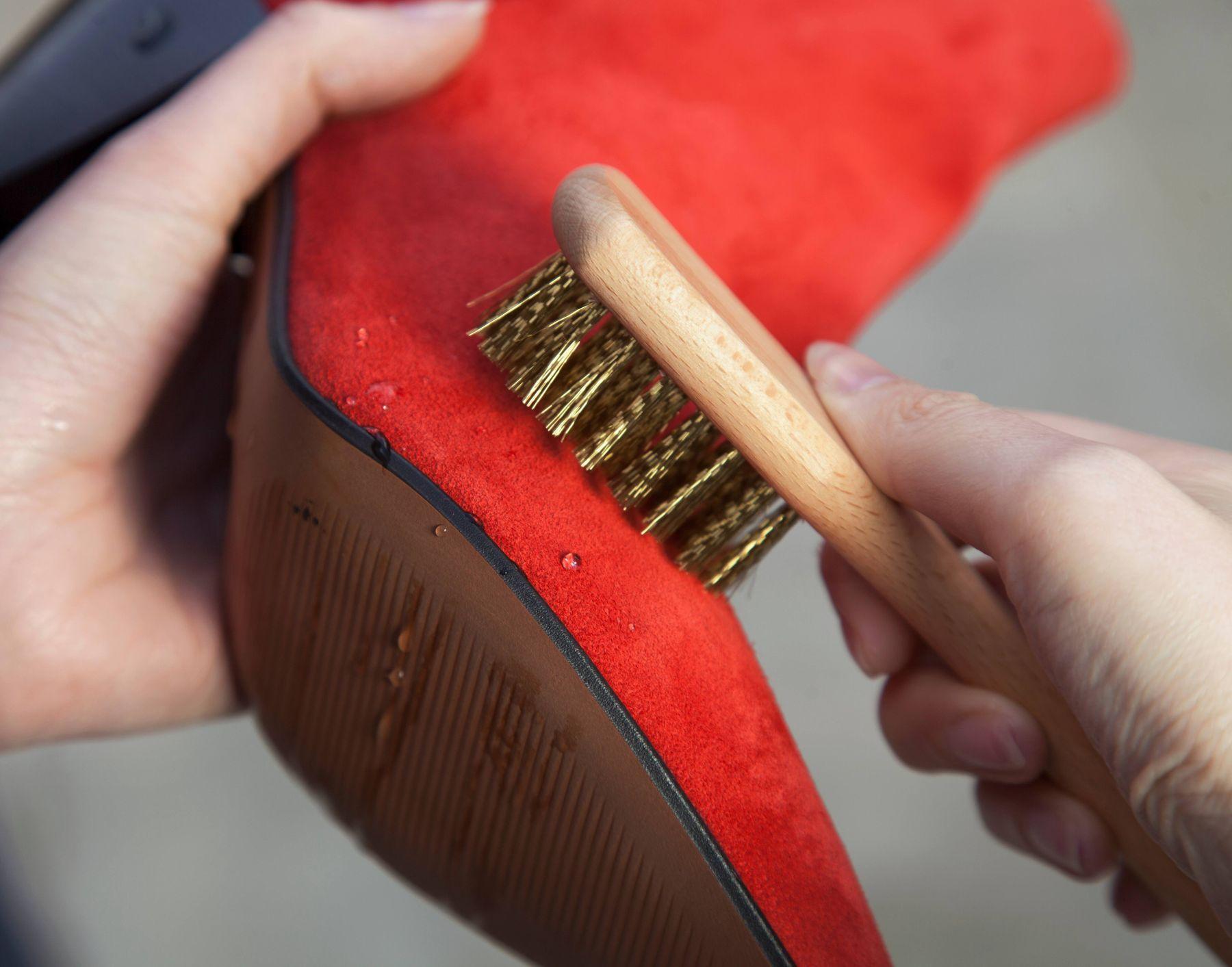 como limpar sapatos de camurca