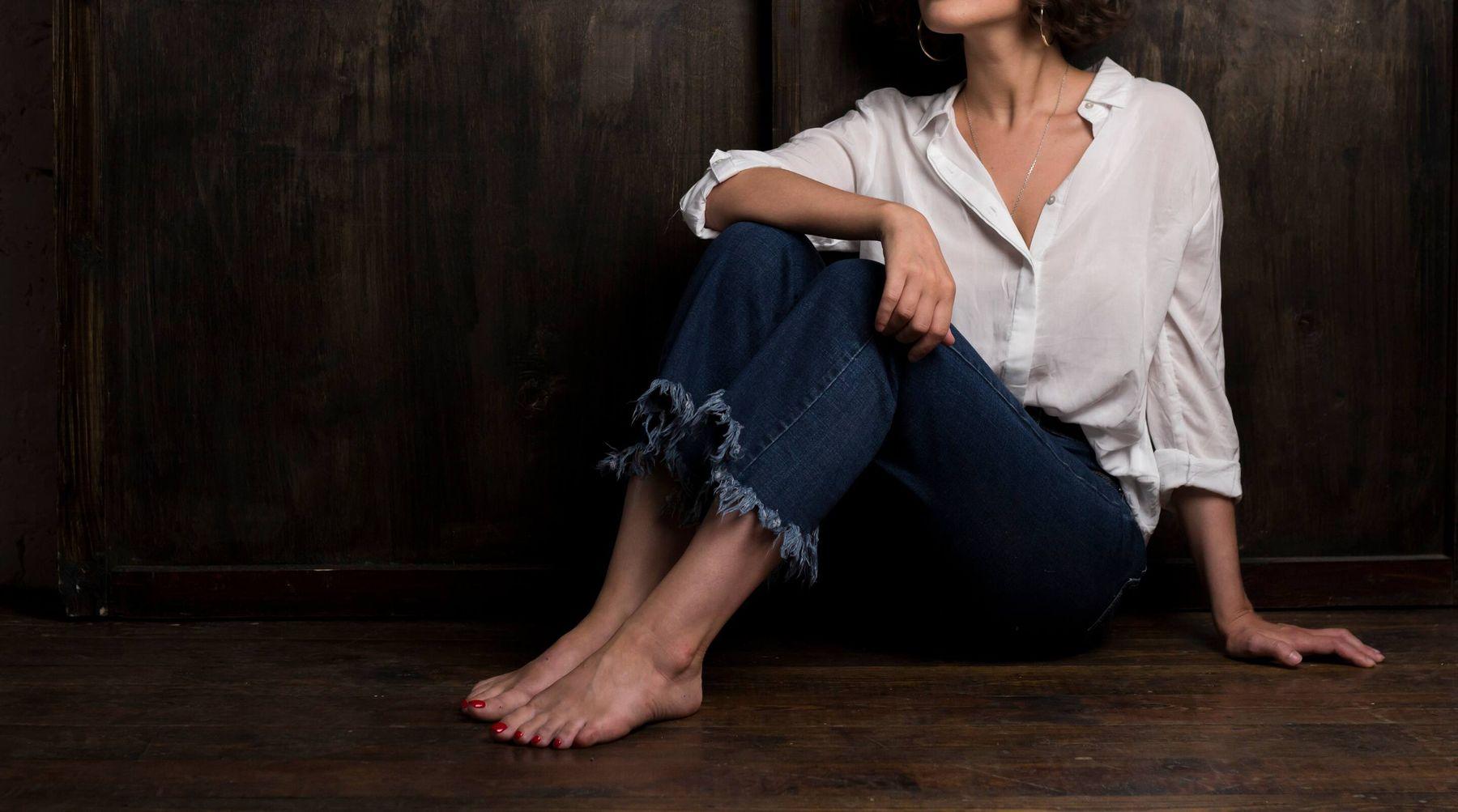 phối đồ với áo sơ mi trắng cùng quần jeans