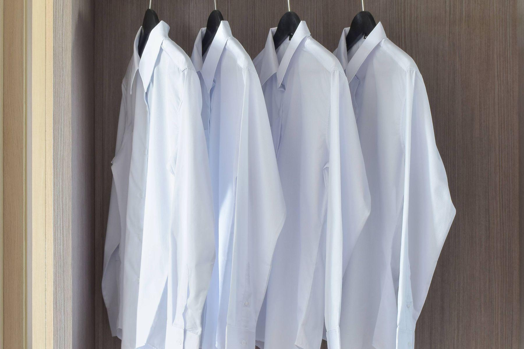 Askıda asılı beyaz gömlekler