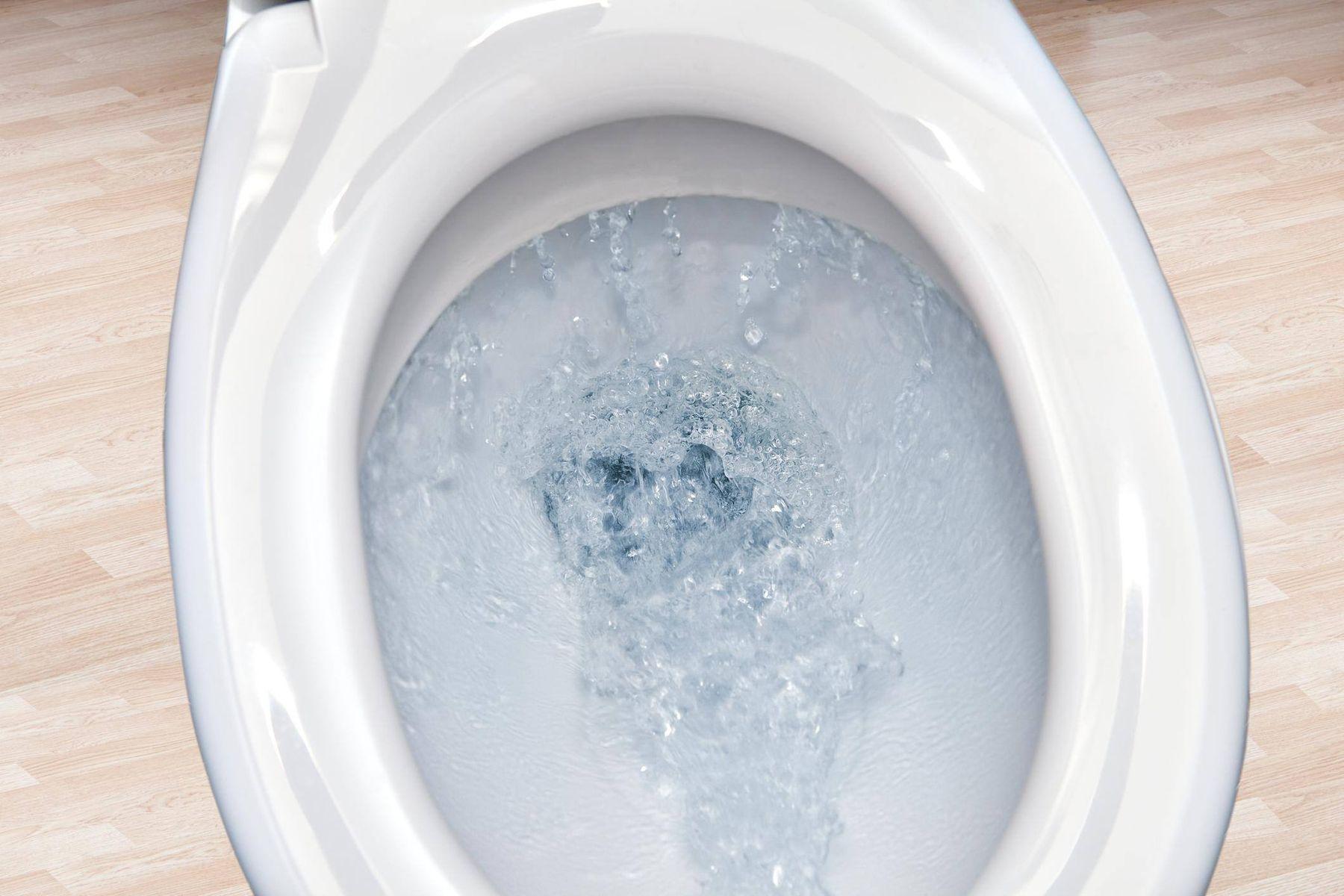 Dùng áp lực nước mạnh để thông tắc bể phốt
