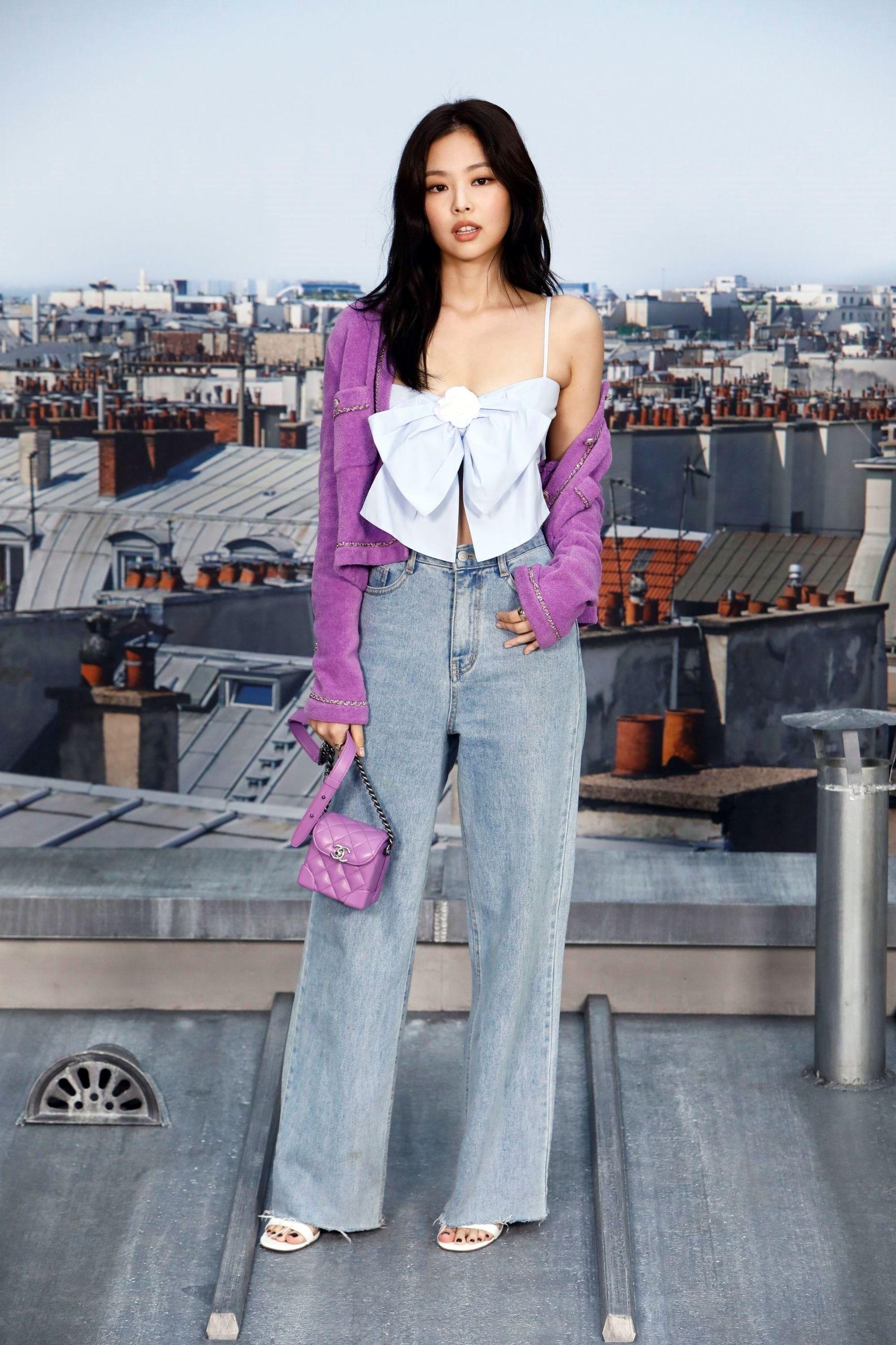 Phối quần jean ống rộng với áo hai dây thắt nơ của Jennie Black Pink và mang giày sandal cao gót