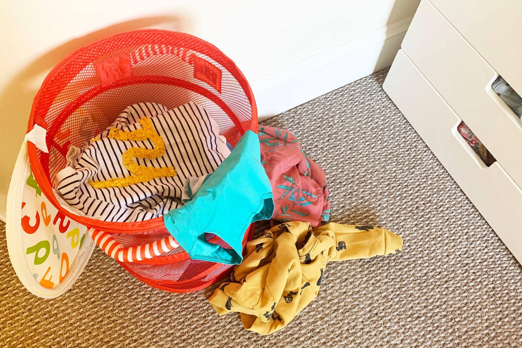 Kirli sepetindeki bebek kıyafetleri