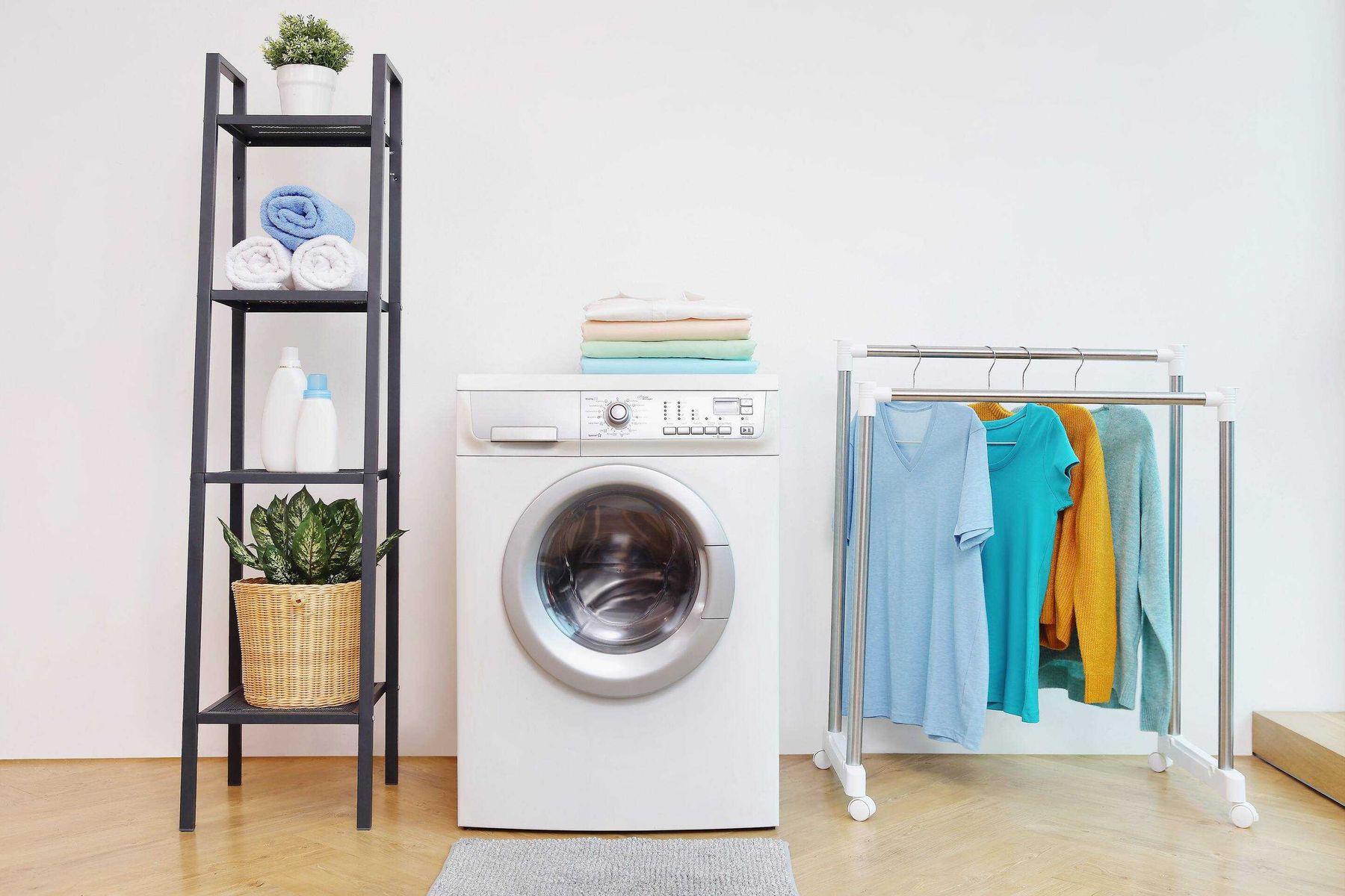 Lavanderia com estante produtos e cabide de roupas