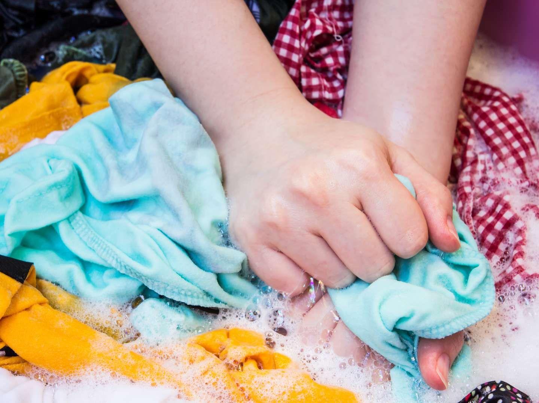 Tẩy quần áo bị dính màu bằng máy giặt và những lưu ý bạn cần biết