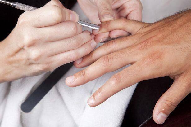 Dùng nước rửa móng tay để làm sạch vết ố kính
