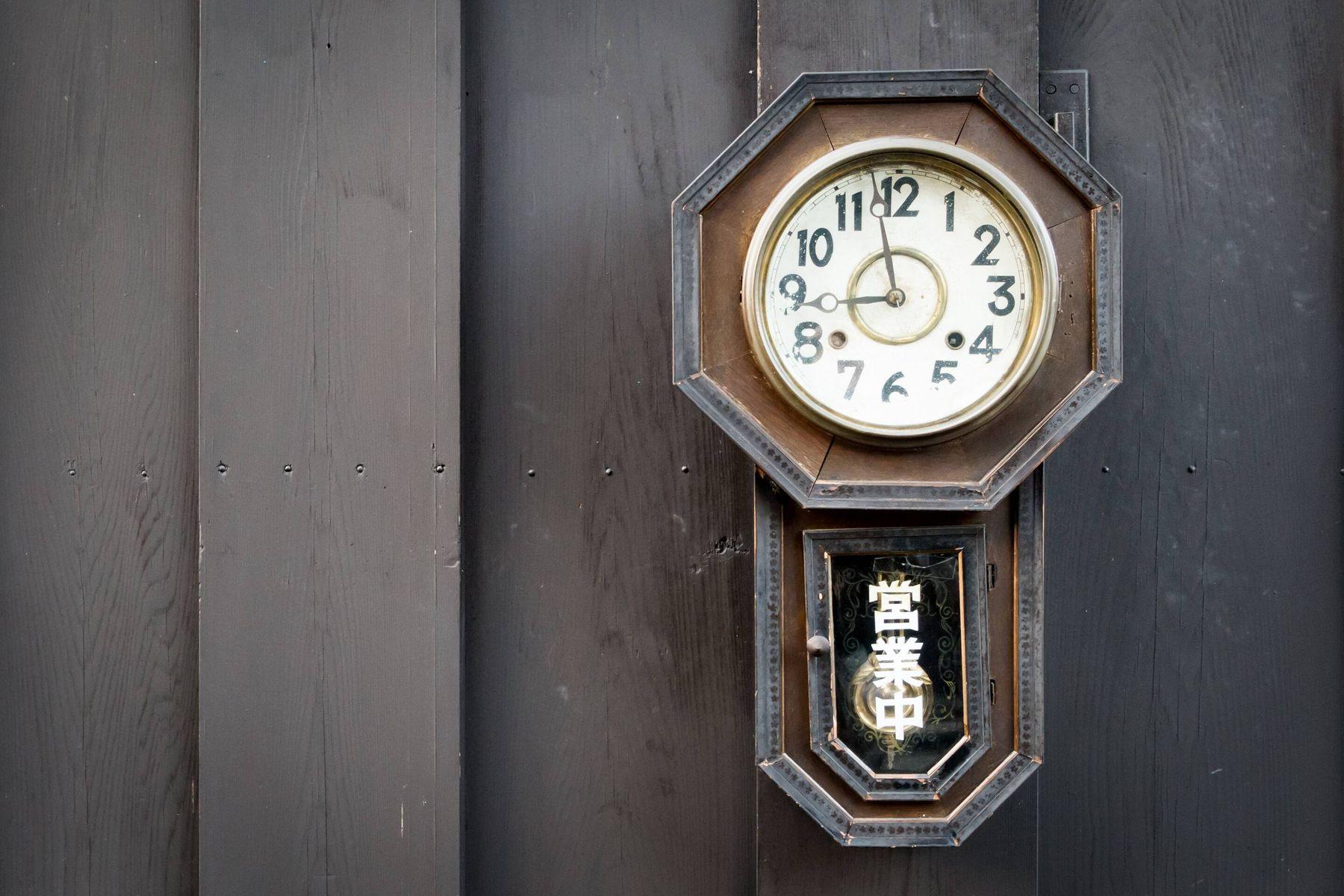 ऐनटीक लकड़ी की घड़ी को साफ़ करने के आसान तरीक़े | गेट सेट क्लीन